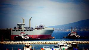 Il troncone della LSS ( Logistic Support Ship) Vulcano naviga verso la Spezia