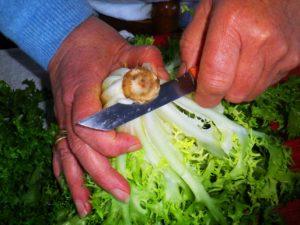 Mondare e lavare accuratamente la verdura