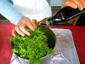 Prima che la pentola sia piana completamente, aggiungete un poco di olio extravergine di oliva.