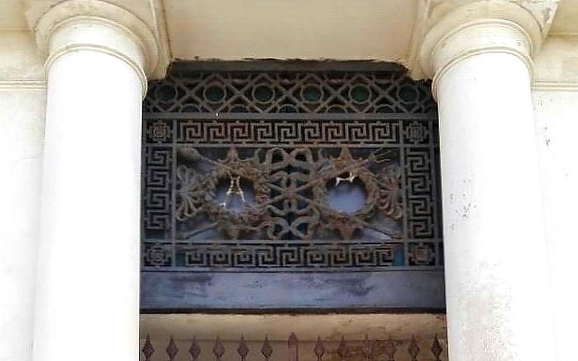 Ex Albergo Imperiale - particolare dell'artistico cancello in ferro battuto (foto Maurizio Cuomo)