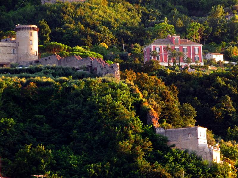 Il castello e ciò che rimane delle mura difensive (foto Giuseppe Zingone)