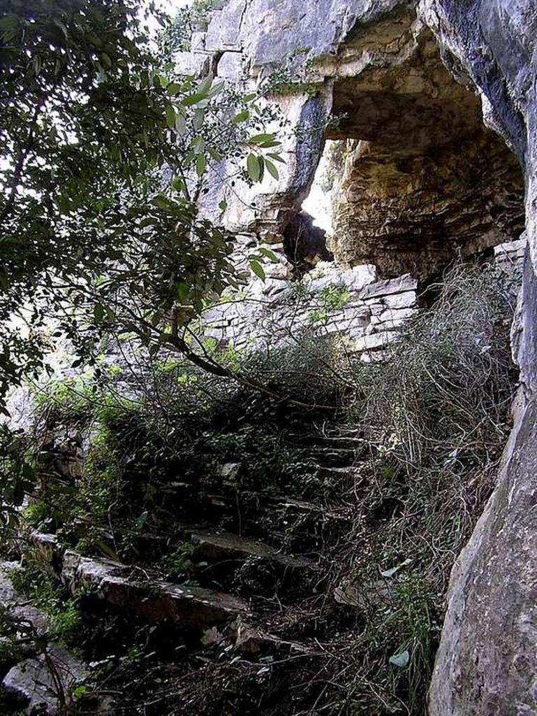Ingresso casa nella roccia (foto Maurizio Cuomo)