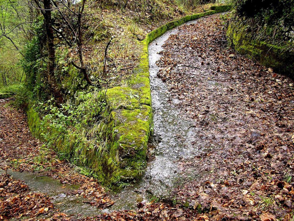 Un antico camminamento (foto Maurizio Cuomo)