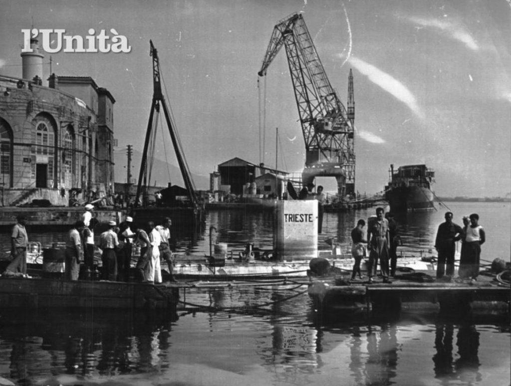Il Trieste a Castellammare (a sinistra si nota il forte borbonico prima della sua demolizione)