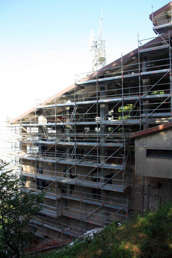 La stazione della funivia al Faito - le pareti sventrate (foto Maurizio Cuomo)