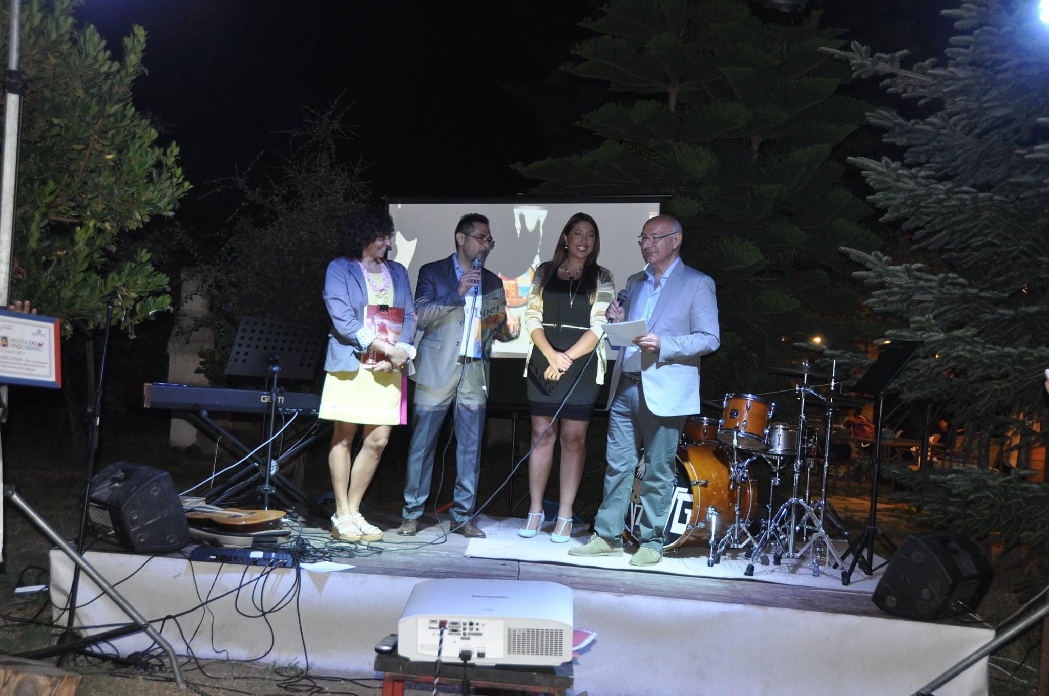 La consegna del premio Radici al direttore Maurizio Cuomo