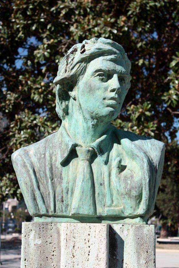 Annibale Ruccello - busto posto in Villa Comunale (foto Maurizio Cuomo)