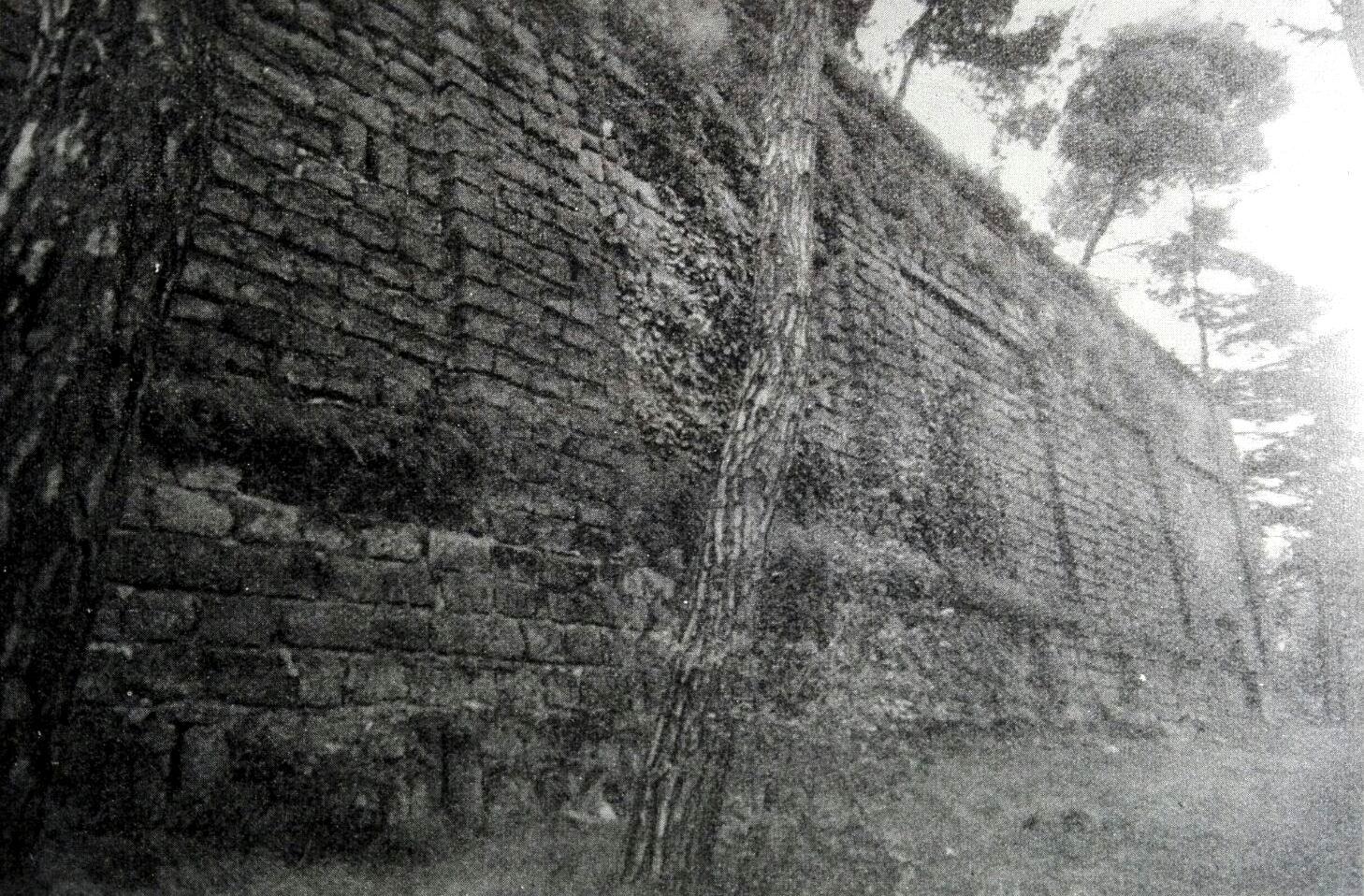 La muraglia di una delle torrette del Gran Mogol sulle antiche terme stabiane