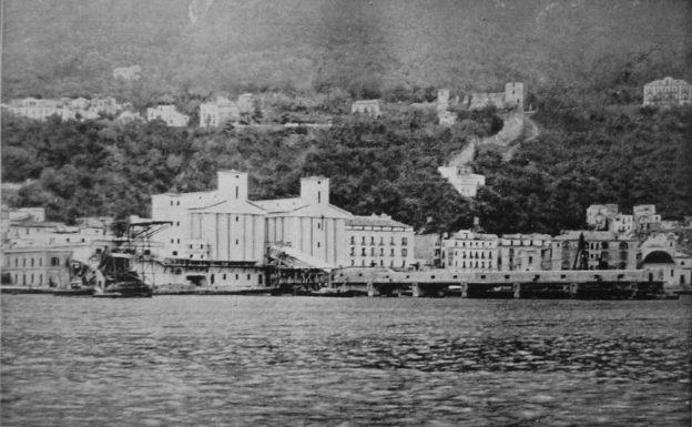 ( l'impianto in costruzione visto dal mare )