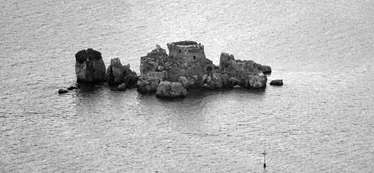 Lo scoglio di Rovigliano visto dal Faito, foto Giuseppe Zingone