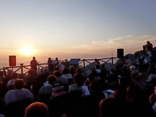 La magia del Faito, la natura e la musica per un indimeticabile tramonto sul Golfo di Napoli