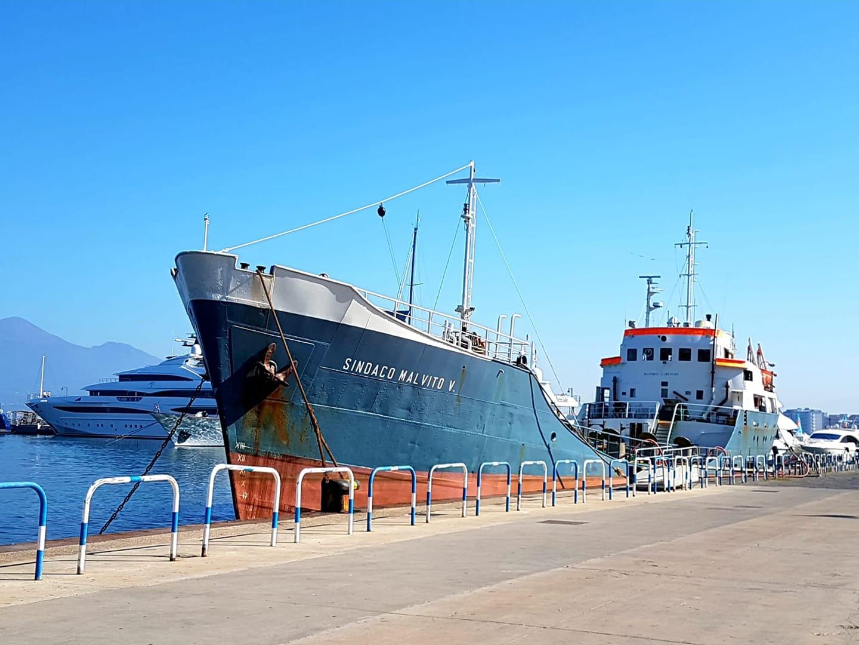 Nave porta acqua in carico nel porto di Castellammare