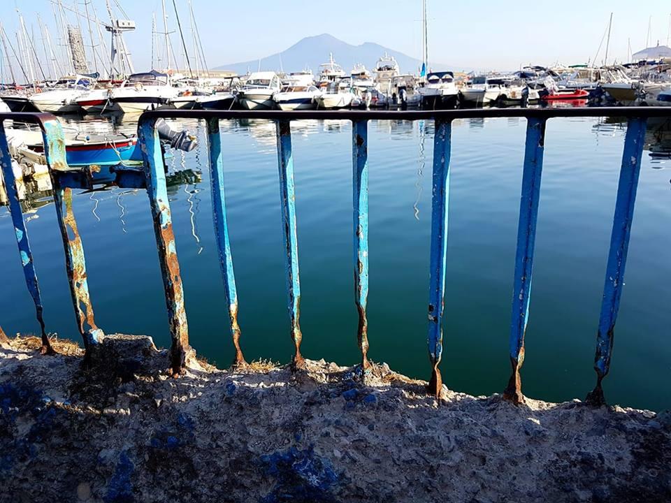 Le sorgenti dell'Acqua della Madonna che con la loro forza sfociano nel mare, nonostante un contorno degradato. Se l'uomo non ha una visione e una cura delle cose è destinato alla rovina