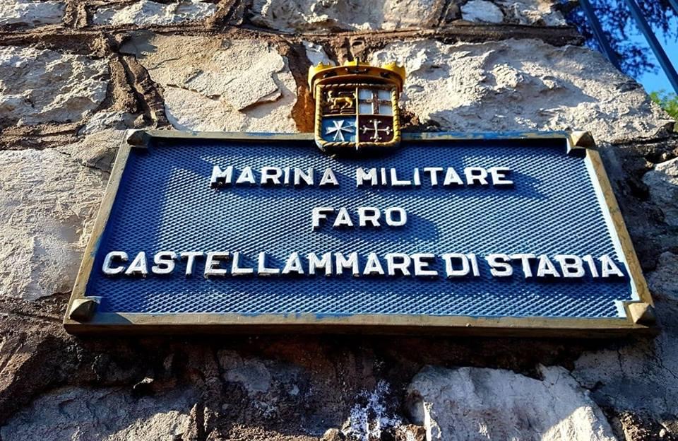Per una rotta sicura e per non naufragare nel mare buio serve un faro guida. A Castellammare di #Stabia un faro per le navi c'è e funziona...