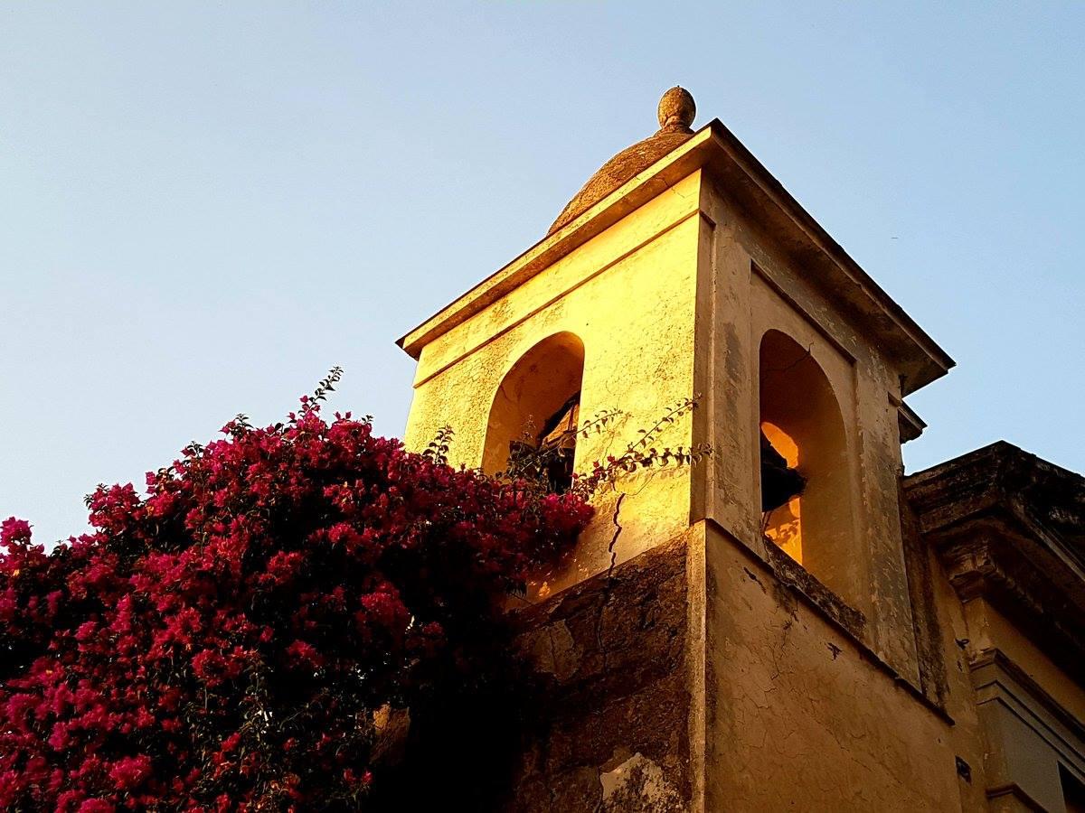 Il sole accarezza il campanile della chiesa di Santo Stefano di via Fratte