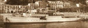 Porto di Capri - Tipico vaporetto per le tratte Sorrento-Castellammare-Napoli