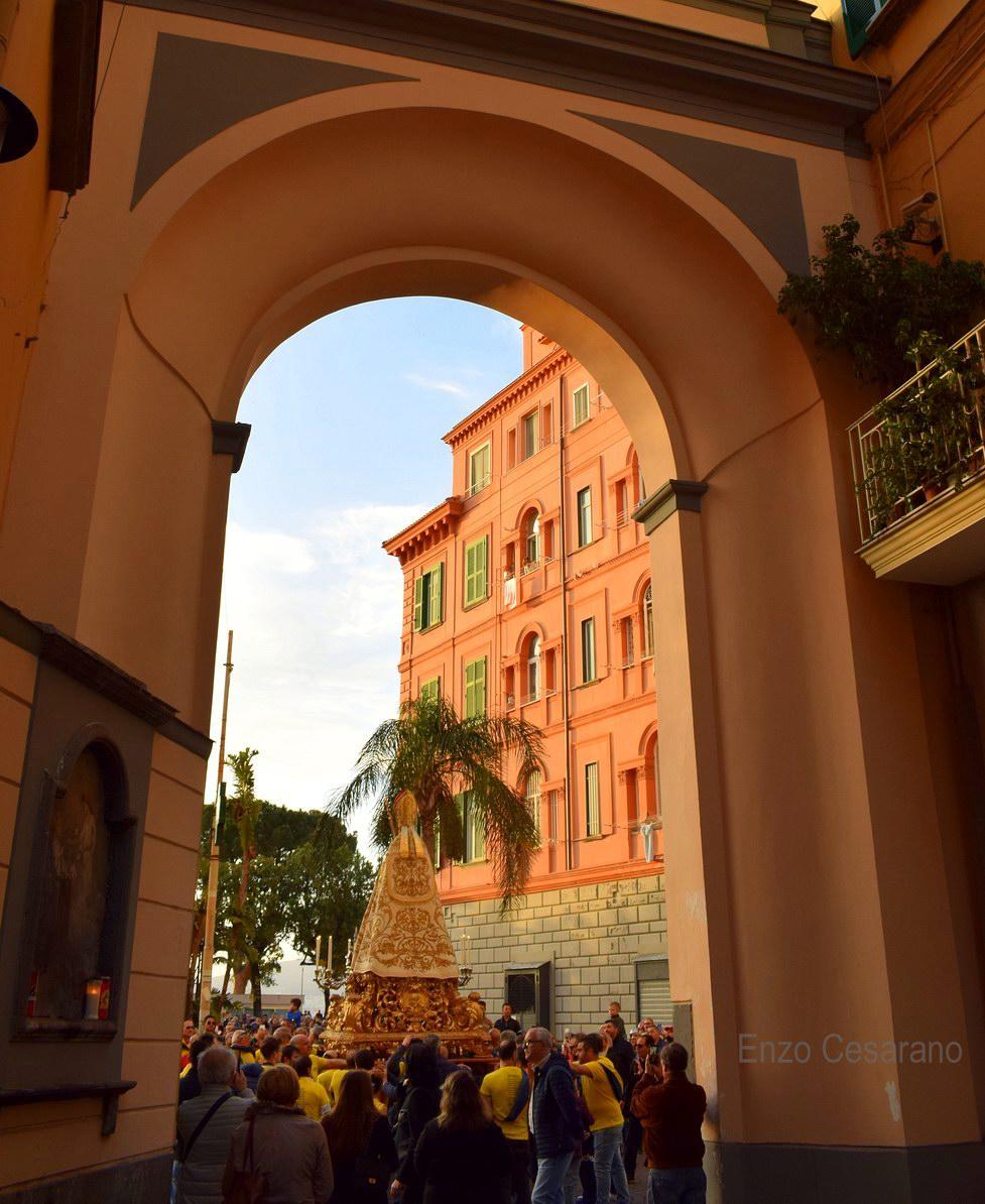 San Catello dall'omonimo arco (foto Enzo Cesarano)