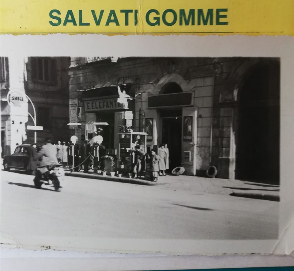 La pompa di benzina con annessa officina gestita dalla famiglia Salvati al Corso Vittorio Emanuele di fronte all' Hotel Stabia