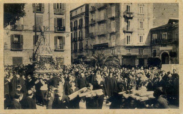 Fig. 3 Da una cartolina d'epoca. Si nota a dx in continuazione dell'attuale palazzo Cascone il portone con l'arco di piperno dello Stallone (coll. priv.)