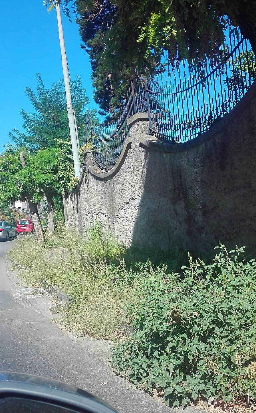 Incuria ai marciapiedi stradali - Via Panoramica (foto Raffaele Scala)