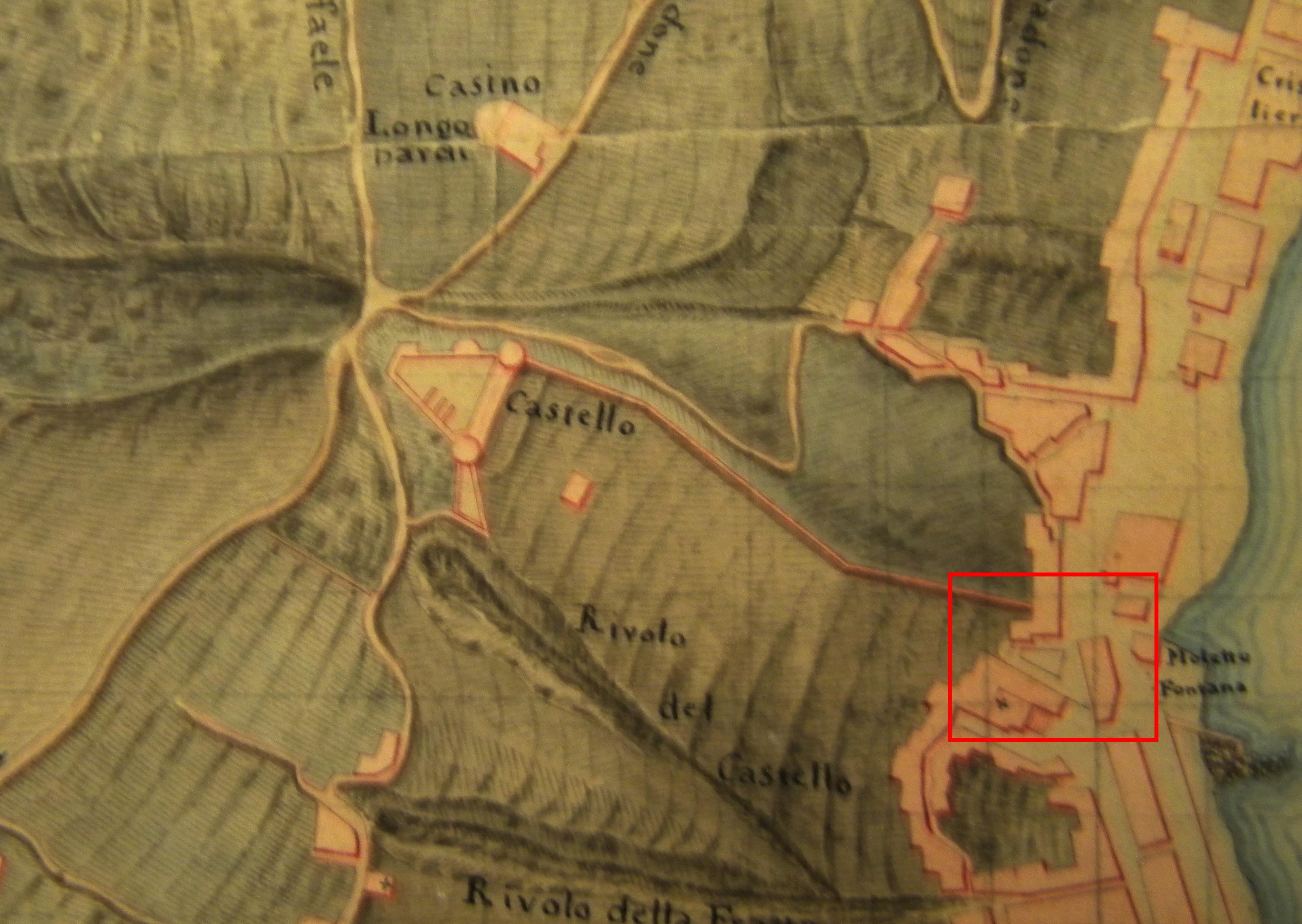 """Fig. 2: Stralcio della carta redatta dal genio militare, """"Ramo delle fortificazioni, Circondario alla sinistra del golfo"""" in scala 1:5000 risalente al 1812. La carta è orientata secondo l'asse est-ovest. In rosso l'area della Fontana Grande. Napoli, Biblioteca Nazionale"""